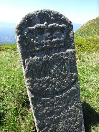 cippo di confine passo delle Guadine fra i Monti Brusa e Aquila