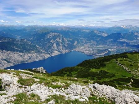 Il lago di Garda dalla vetta dell'Altissimo di Nago
