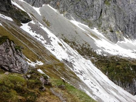 Nevaio e sentiero Pozza Bassa Dolomiti Brenta Val d'Ambiez