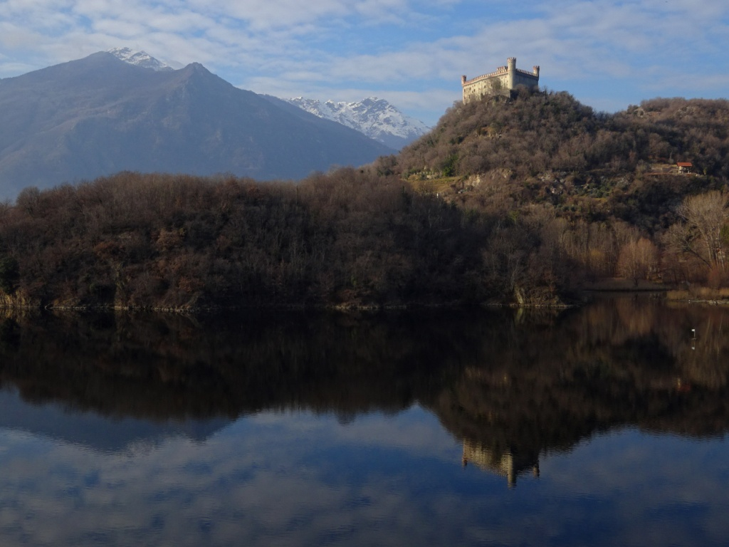 Castello di Montalto e Lago Pistono anfiteatro morenico Ivrea
