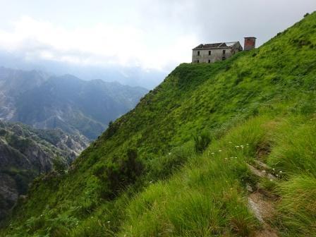 Giro del Monte Sagro Casa dei Pisani