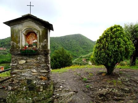 Chiavari Sentiero Liguria pilastrino votivo